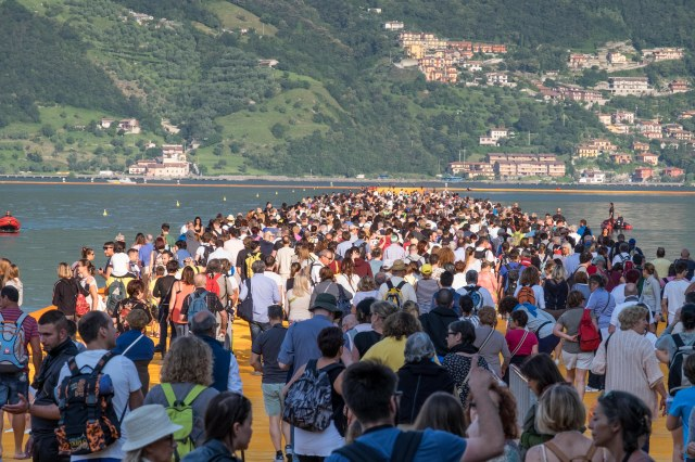 Crowd at Floating Piers-1