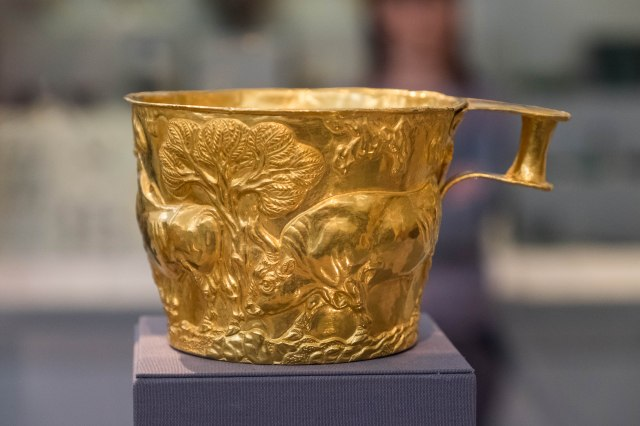 Nat'l Archaeological Museum - cup from the tholos tomb at Vaphei